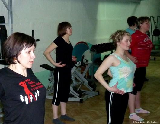 женская группа в тренажерном зале